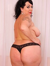 Adorable plump mature gets rid of her lacy undies_30